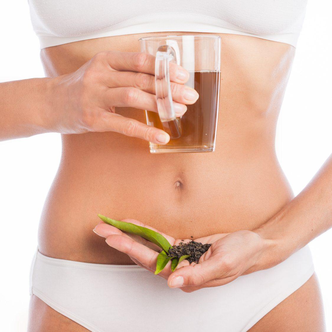 corps mince de femme tenant une tasse de th